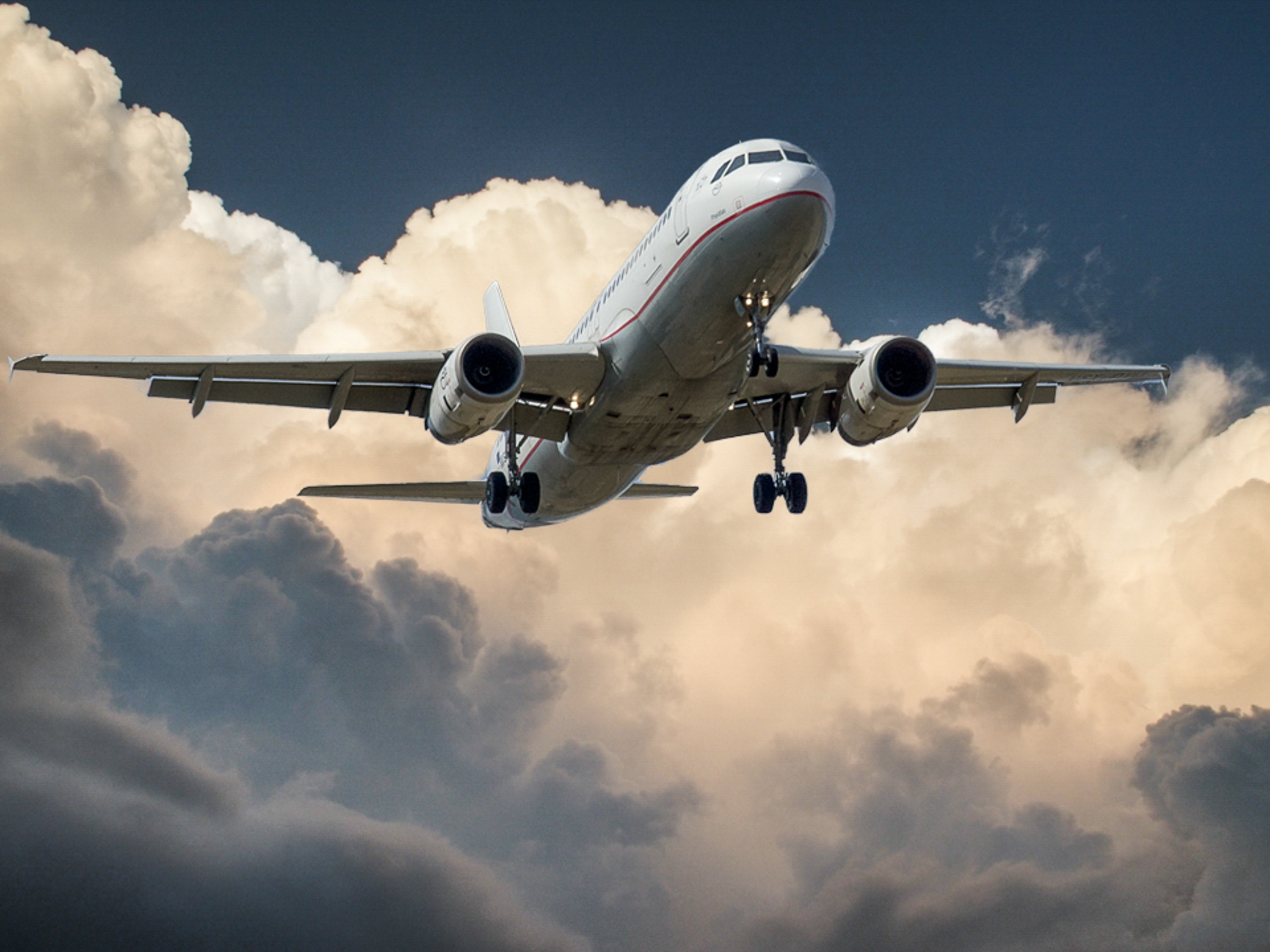 Airplane in the clouds - calculate your air freight expenses.