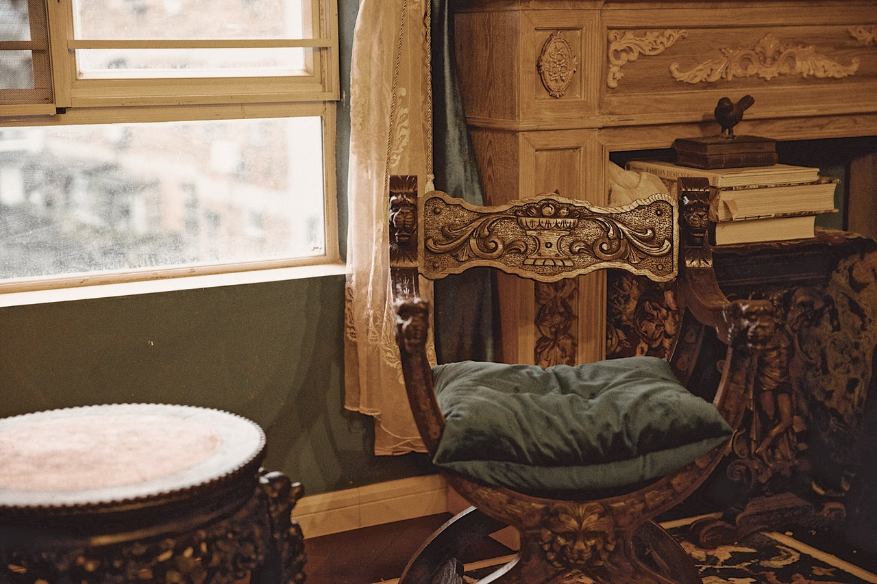 Make sure not to make mistakes when packing antiques like the brown wooden chair in the picture